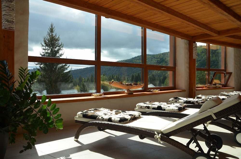 Vue sur la nature depuis des fenêtres de maison passive